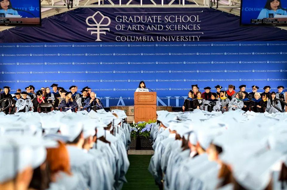 双语阅读|哥大毕业演讲:激情、痛苦、脆弱、歧视,低语和呐喊都值得倾听