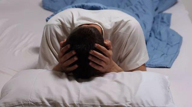 失眠青年:晚睡容易猝死,那我只能选择通宵