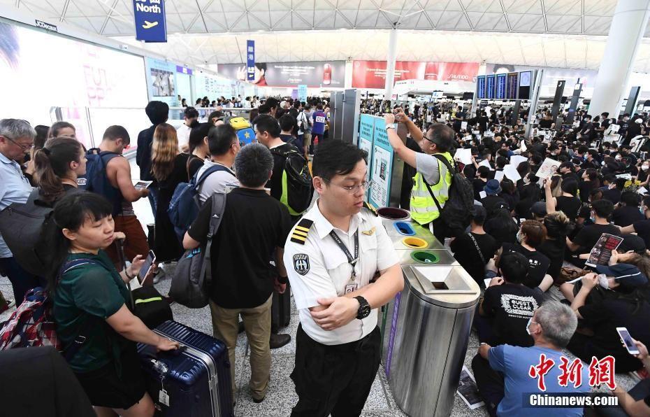 """""""世界上最好的机场""""几乎瘫痪,香港还是""""东方之珠""""吗?"""