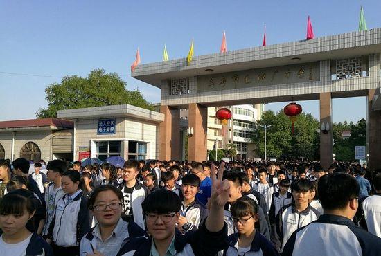 """""""亚洲最大的高考工厂"""":有人说这里没人性,它却救了无数孩子"""