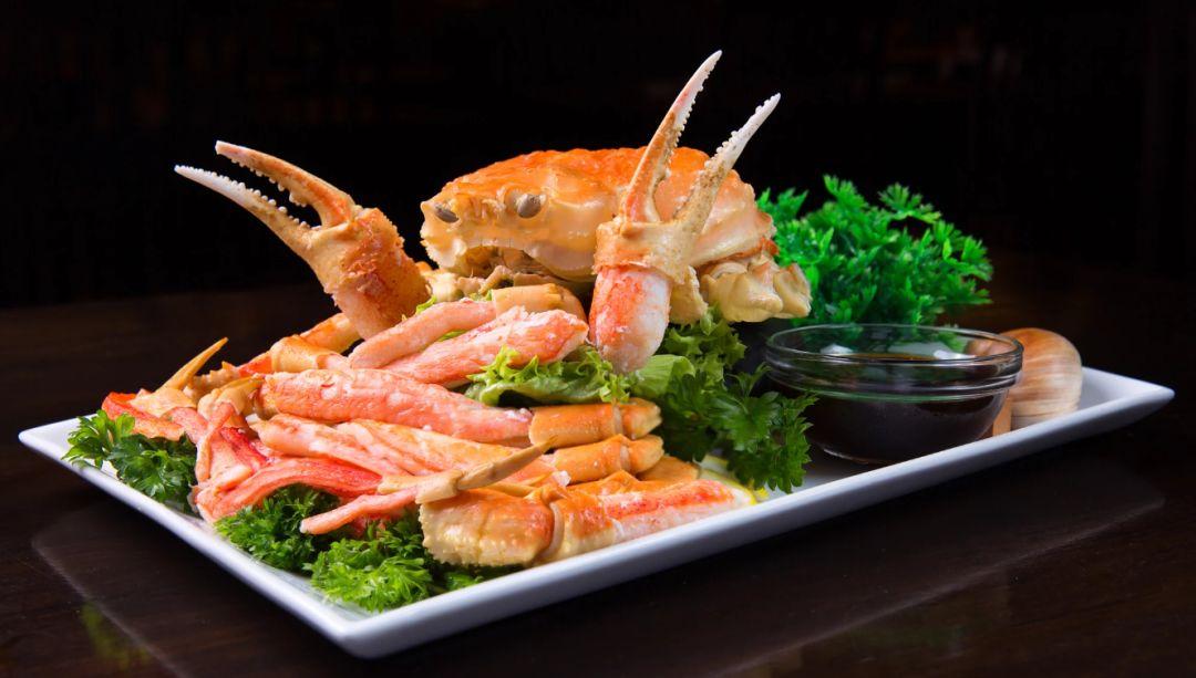 一吃起螃蟹,不爱说话的日本人就更沉默了