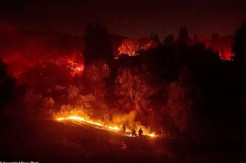 恐怖!洛杉矶到处是大火!10万人连夜撤离:感觉自己穿越回了去年....