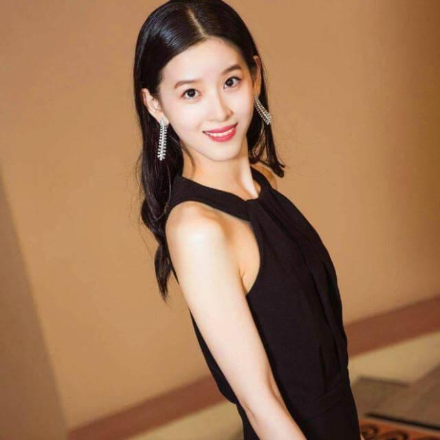 刘强东老婆章泽天与剑桥同学参加投资比赛 职业装成熟干练