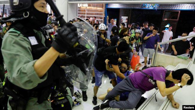 香港再次爆发反警暴抗议!七个区域出现流血冲突 议员耳朵被咬断!留学生出行注意规避