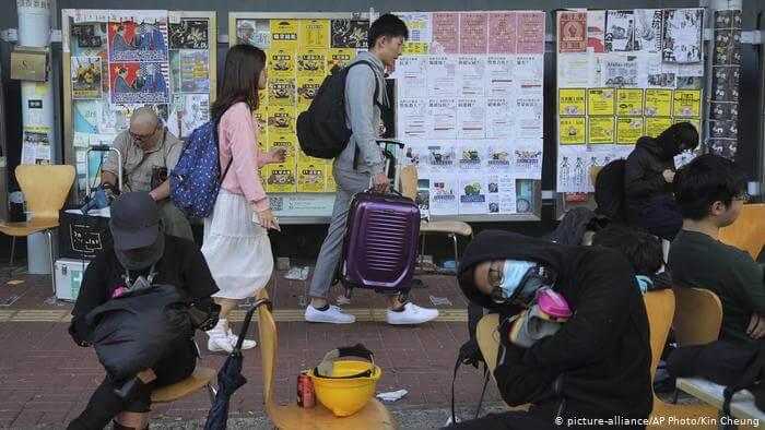 香港多所大学提前放寒假!香港理工大学刚被催泪弹攻陷!香港大学学生开始积极备战防守!多国留学生开始撤离!大部分留学生购买单程机票已经不抱回来的希望!