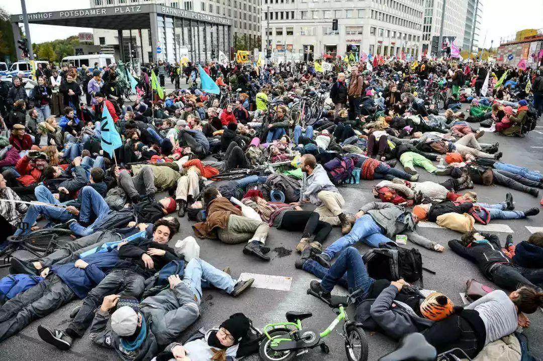 """突发!纽约爆发大规模示威游行冲突,这下""""民主风景线""""终于轮到美国了...."""