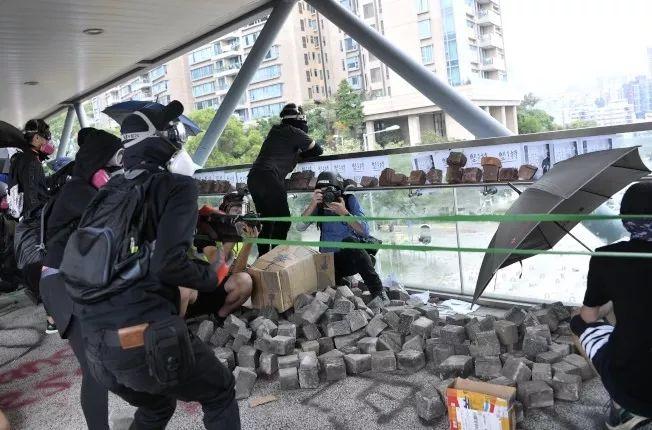 """当暴徒占领香港各大学之后,他们越来越""""沙雕""""了......"""