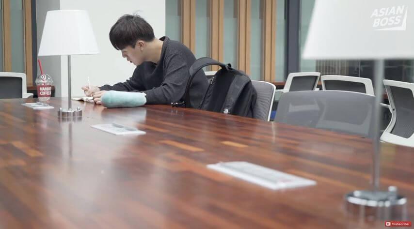 """韩国穷学生们纷纷租住无窗""""牢房""""鸽子笼。贫穷从来没有国界..."""