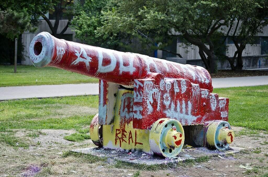 """气愤!加拿大大学地标""""大炮""""被港毒破坏,爱国留学生彻夜守护!"""