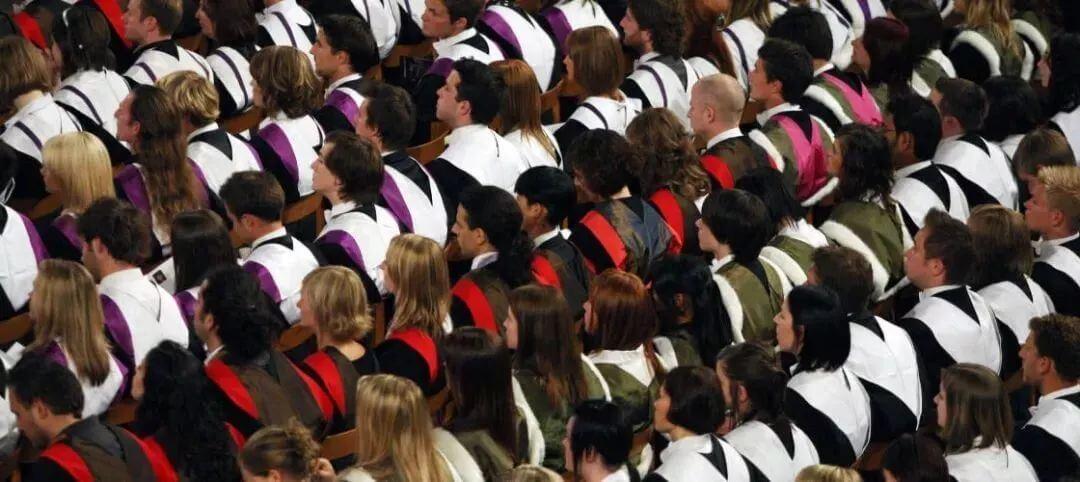 英国高校大扩招现恶果:人满为患,学生要站着听课上船自习!