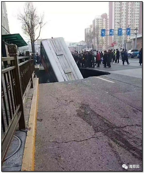 突发!西宁路塌公交掉入,勇敢少年救人坠入二次塌陷后爆燃!