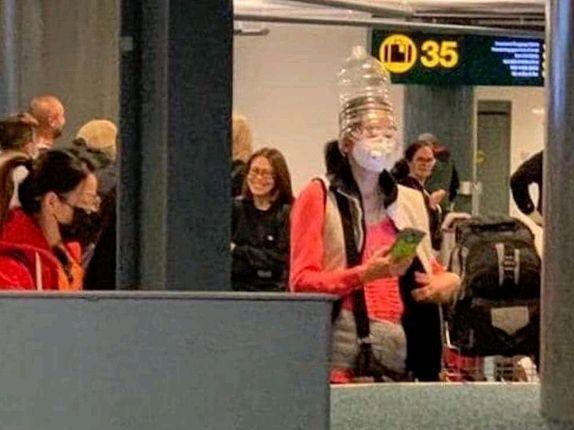 真的出现了!加拿大机场惊现中国旅客戴着这,老外全惊了!