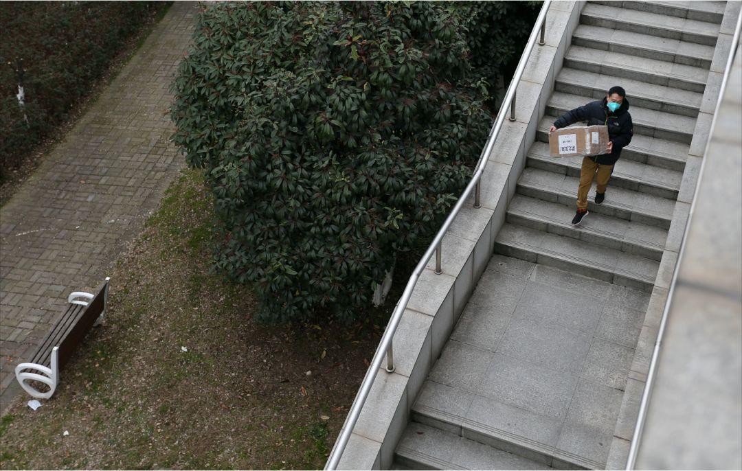 """被武汉红十会保安""""掐断""""的央视直播,我们发现了彩蛋....."""