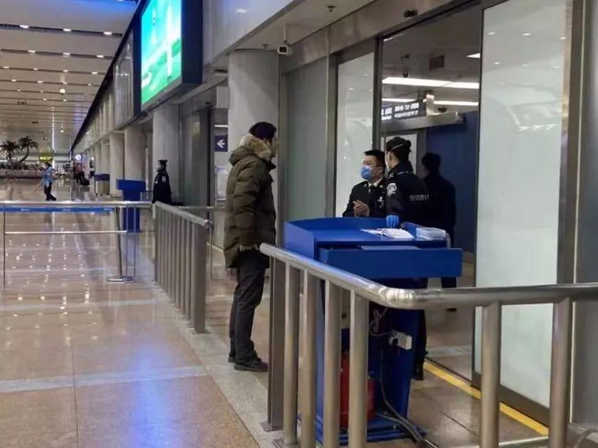 """中国留学生""""人肉""""防疫物资回国:中转被扣17小时,带货人""""有来无回""""   深度报道"""