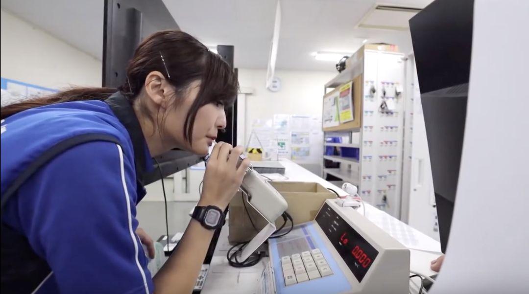 东京22岁美女快递员一天真实记录!每天5:45起床,7点到公司,热爱让她独立又坚强!