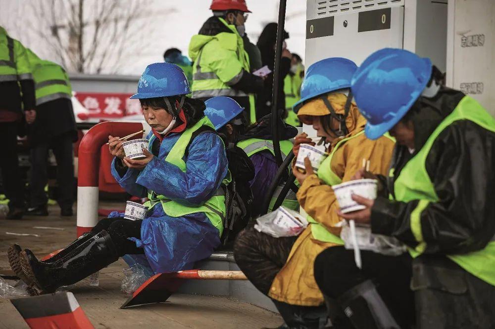 火神山工人想回家:至少9人确诊,生计暂难为继   直击武汉