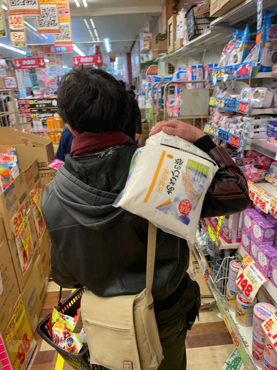 听说东京要封城,日本民众疯狂囤积物资!从大米到猪肉到泡面一扫而光...