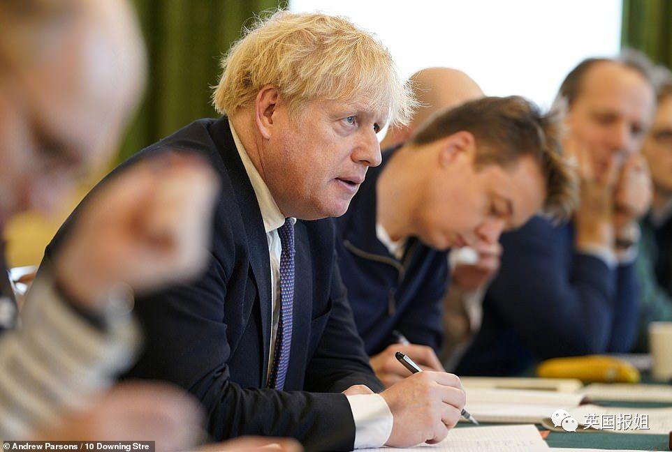 英国医疗系统将崩溃!民众还在万人狂欢 ,鲍里斯被疯狂打脸…