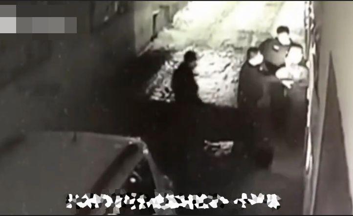 意大利禁止接吻,逃犯因脸大被抓,日本疯抢花岗岩