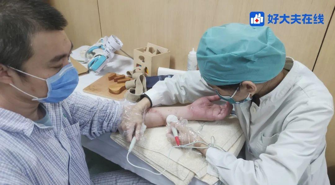 被砍眼科医生陶勇伤后首次直播,当医生陶勇变成了患者陶勇